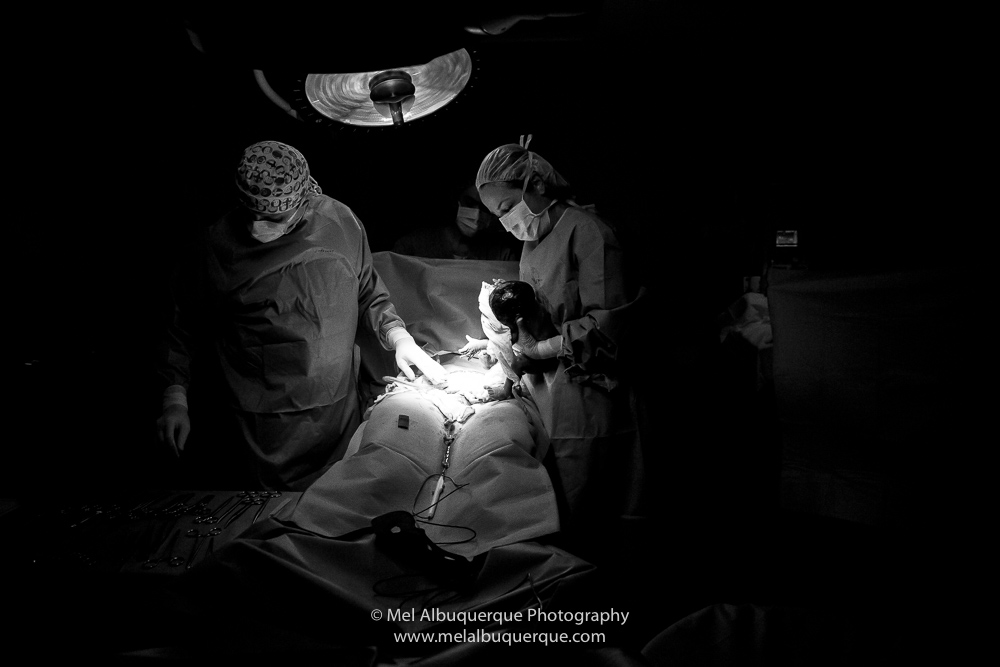 Médica limpando o bebê ao nascer