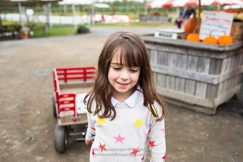 menina animada no campo de abóboras