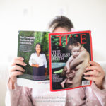 Mãe lendo a TIME Magazine que traz a matéria sobre o Goddess Myth